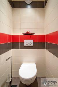 Záchod s červeno-černými kachličkami