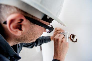 elektrikář zapojuje zásuvku