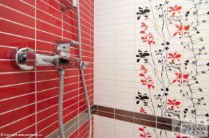 Malá koupelna s červeným obkladem
