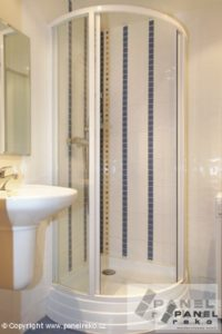 Koupelna s barevnými liniemi