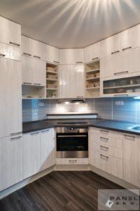 Rekonstrukce kuchyně ve světlém dřevě