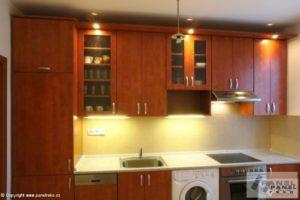 Praktická kuchyně – tmavé dřevo