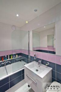 Růžovo-černá koupelna
