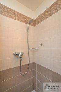 Sprchový kout s kachličkami s textilním vzorem