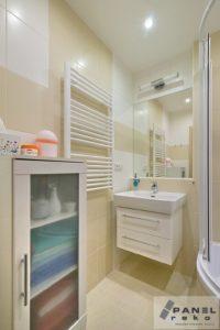 Malá koupelna ve světlých barvách