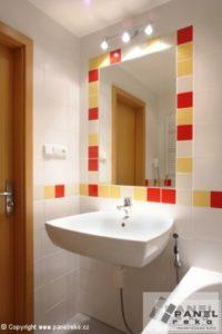 Žluto-červená koupelna s umyvadlem a zrcadlem